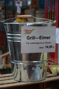 Der feuerfeste Grilleimer: Gut, um Asche zu lagern - er hat aber auch einen Grilleinsatz und kann als mobiler Grill für unterwegs genutzt werden.