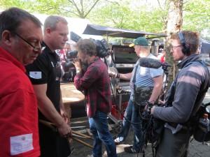 Das Kamerateam vom Spiegel begleitet das Grillteam.