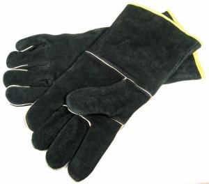 Grill anzünden - mit festen Lederhandschuhen sind die Finger gut geschützt